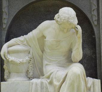 Trauernde mit Urne Johannisfriedhof Bild: Susann Wuschko