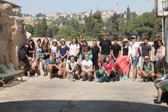 Deutsche und israelische Jugendliche in der Altstadt von Jerusalem mit Klagemauer und Tempelberg im Hintergrund