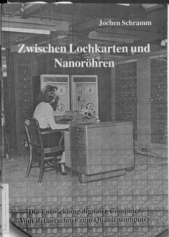 Im Hintergrund das Foto eines Wafers, darüber das Foto eines ELECOM 120 Computers aus dem Jahr 1961. Beide Fotos grau/weiß.