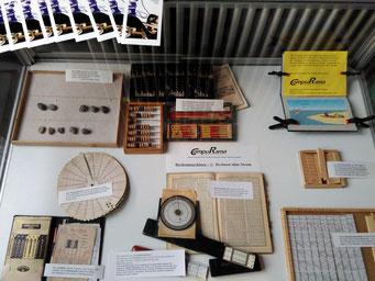Rechenbrett mit Schreibsand und Steinen, 3 verschiedene Abakus, Logo, Adiator, Logarithmentafel, mehrere Rechenschieber, Nepierschen Rechenstäbchen, usw.