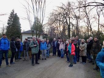 Im letzten Licht eines schönen Tages horchen die Teilnehmer auf Gerd Andres und die Vogelstimmen der Umgebung