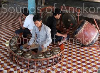 Cet orchestre funéraire cambodgien kantoam ming, appelé aussi trai leak, se compose d'un hautbois pei ou sralai, d'un carillon de neuf gongs kong peat ou kong kam, d'un tambour skor thom et de deux gongs à mamelon suspendus kong thom. Siem Reap.