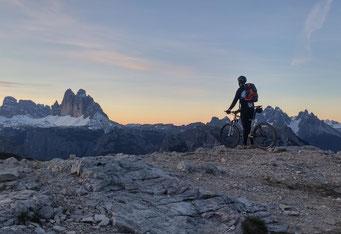 """Bauer Andreas Unterfrauner vom """"Roter Hahn""""-Mitglied Christlrumerhof in Bruneck kennt die besten Trails im Südtiroler Pustertal. / Foto: Christlrumerhof/Andreas Unterfrauner"""
