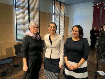 v.l.n.r.:  MdL Helga Lerch, Ministerin Dr. Stefanie Hubig, MdL Giorgina Kazungu-Haß