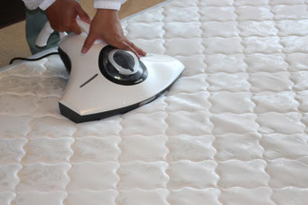ベッドマットレスを寝具用掃除機で念入りにバキュームします。