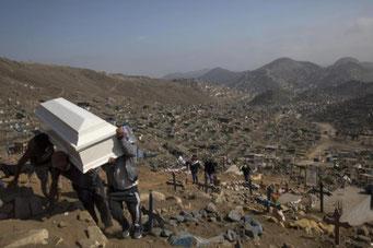 新型コロナウイルス感染死者のためペルー・リマ近郊に設けられた墓地