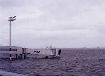 1999年18号台風。山口宇部空港の滑走路。