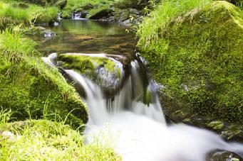 水は高いところから低いところに流れる