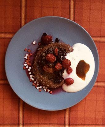 Schokoladenküchlein mit Pudding-Füllung an Naturjoghurt, griechischem Kastanienhonig und Waldbeeren