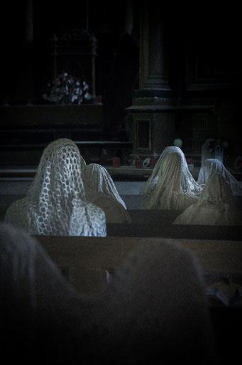 Hier, auf den alten Kirchenbänken, saßen einstmals die Dorfbewohner...
