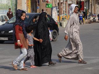 Иранская семья на улице