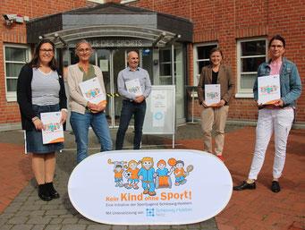 v.l.n.r: Laudatorin Marion Blasig (stellvertretende Vorsitzende der Sportjugend Schleswig-Holstein) mit Maike Linneweber, Martin Schütt, Sonja Heinz und Sabine Behr (alle TSV Flintbek)