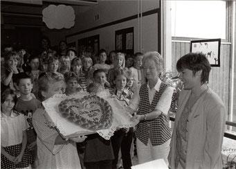 Ein großes Herz für die neue Schulleiterin Katja Frank in Selbach (Foto Schapeler). BNN vom 25.07.1997