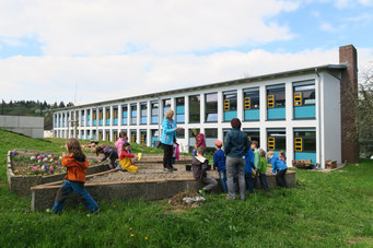 Unterricht im neuen Schulgarten
