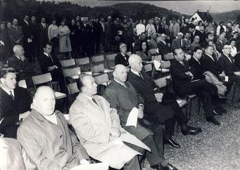 Die Ehrengäste bei der Einweihung der neuen Schule in Selbach