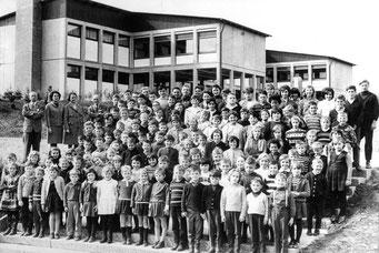 Das Lehrerkollegium und alle Schüler(innen) der Ebersteinschule vor dem neuen Schulhaus