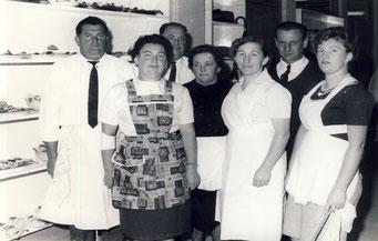 (v. l.) Herbert Ehlert und Selbacher Bürger(innen), denen 1965 die Bewirtung bei der Einweihung der neuen Schule oblag