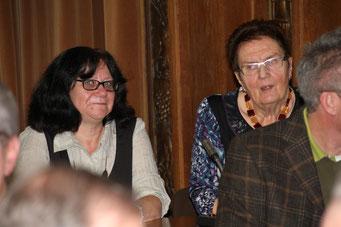 Die neue Vorsitzende der Bürgervereinigung Laar, Petra Hülswitt (links) und ihre Vorgängerin,  die Ehrenvorsitzende Huberta Terlinden (rechts).