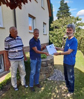 Foto: Andreas Wick, Verleihung von Urkunde und Plakette von Hans Ulrich Sprenger, zum Schwalbenfreundlichen Haus