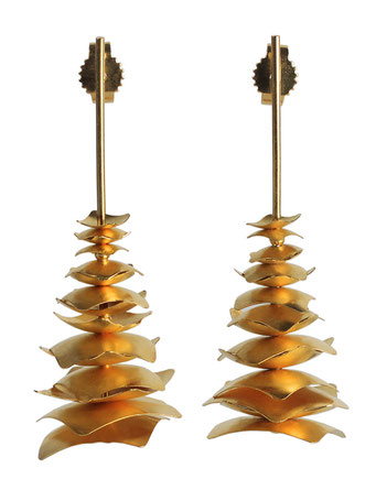 Die aparten, langen Ohrstecker PAGODEN aus goldplattiertem Silber bestehen aus feinen, quadratischen Plättchen, die so aufeinander geschichtet sind, dass sie die Gestalt einer Pagode formen. Die bezaubernde Anmut wird durch seine Leichtigkeit noch betont