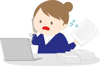 公益法人の事業報告書等を作成中の女性職員