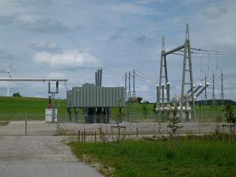 Stromspeicher Batterien sind wichtig für die Netz Entlastung  Foto Energiestation Netzverteilung Trafostation Solarstrom Simon