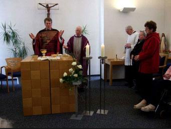 Pfr. Bernd de Baey und Pfr. em. Oskar Müller feiern in der Kapelle mit der neu ersstellten Verglasung eine Hl. Messe - Foto: HPD