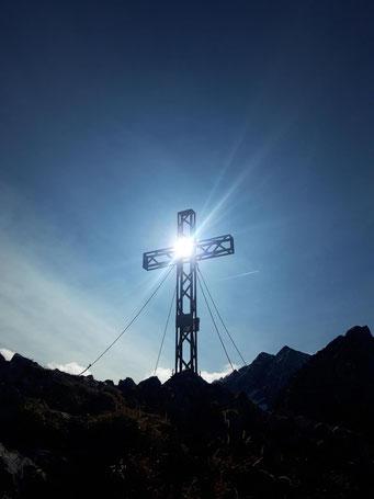 Mannsberg Gipfelkreuz in den Haller Mauern, nach dem Aufstieg von Innerrosenau über die Laglalm