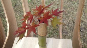 花入も手作り!二色の竹がきれいです。