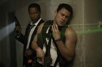 Jamie Foxx en costume-cravate et Channing Tatum en marcel, unis pour le meilleur et pour le pire (©Sony Pictures)