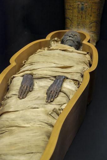 La momification prend 70 jours. Le corps est déshydraté dans du natron, un mélange de carbonate et de bicarbonate de sodium (Na2CO3 et NaHCO3) et des substances aromatiques. Le processus de dessiccation est favorisé par le climat très sec de l'Egypte.