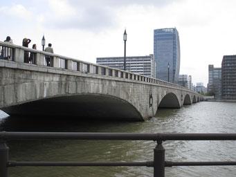 重厚な花崗岩の万代橋から望むメディアシップ