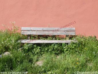 Zarahzetas Irrenalltag mit alter Holzbank
