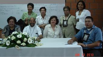 Foto: sentados: Ericina mendoza, Padre Milton, Lucy de Dussán, Oscar Alzate. De pie: Josefina Espitia, Lucy Quexada, Bertilda Aguas, Ingrid Díaz.