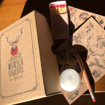 Box A6 mit 25 Karten, davon 24 hochwertigen Wunschzetteln aus recyceltem Papieer, liebevoll von Martine Friedli von Hand illustriert, auf der Rückseite mit beiliegendem Bleistift können die Wünschen aufgeschrieben werden. mit Kerze und Zündhol illustriert