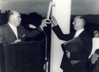 Die symbolische Schlüsselübergabe durch den damaligen Bürgermeister Götzmann der Gemeinde Selbach an den seit 1964 amtierenden Schulleiter Kurt Müller