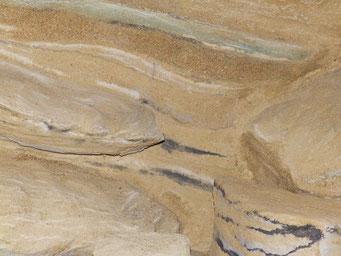 Besandete Terrarienrückwand in unterschiedlichen Schichten