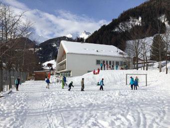 Außenbereich des Kindergartens im Winter