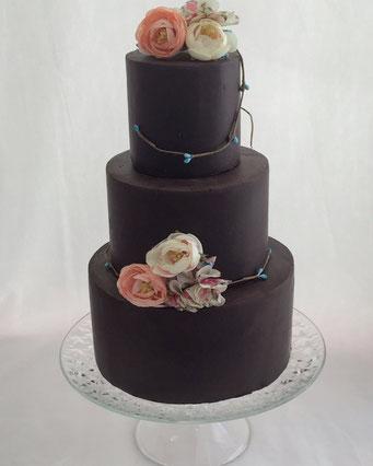 tarta de boda de chocolate con decoración floral  | Dulce Dorotea, tartas decoradas sin fondat