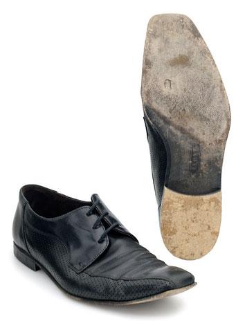 LLOYD-Schuh mit defekter Ledersohle und abgefallenem Absatz VORHER