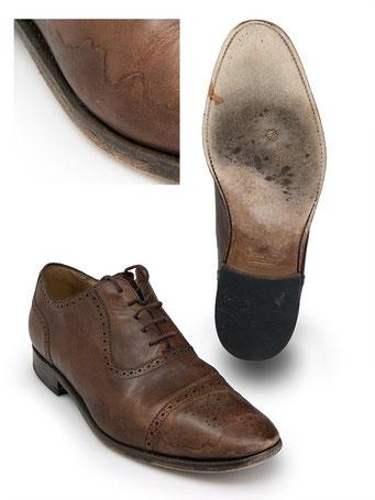 Rahmengenähter Schuh mit Schneerändern, Flecken, abgeschabtem Oberleder, heruntergelaufenen Absätzne und durchgelaufener Sohle