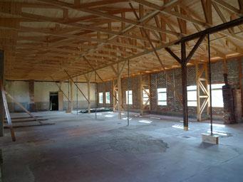 Blick in den Küchenanbau. Erkennbar ist der neue Dachstuhl und die mit alten Bauteilen wiedererrichtete Fachwerkwand. Foto: Andreas Ehresmann, 2.7.2009