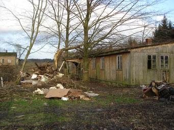 """Auf das Dach der """"CVJM-Baracke"""" gestürzter Baum. Foto: Andreas Ehresmann, 13.1.2007"""
