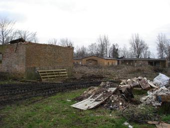 Eingestürztes Dach der ehemaligen Latrine (links). Im Hintergrund ist die ehemalige Lagerküche A zu erkennen. Foto: Andreas Ehresmann, 13.1.2007
