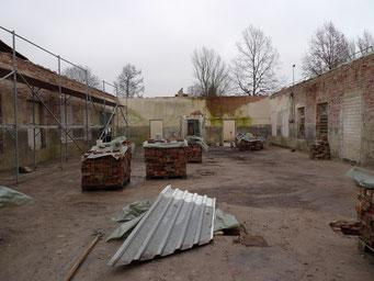 Ansicht nach Entfernung des Daches. Die Mauerwerkskrone wird mit den alten Steinen neu aufgemauert. Foto: Andreas Ehresmann, 27.11.2008
