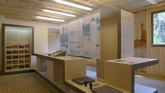 Ausstellungsband mit Vertiefungs- und Hörstation. Textile Fahnen stellen die memoriale Entwicklung der Ausstellung dar. Andreas Ehresmann, 30.4.2013