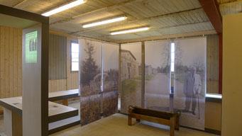Textile Fahnen mit lebensgroßen Porträts von Überlebenden im Ausstellunszentrum. Andreas Ehresmann, 30.4.2013