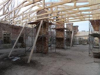 Errichtung des Dachstuhls und Ansicht der mit den Originalsteinen aufgemauerten Schornsteine. Foto: Andreas Ehresmann, 29.1.2009
