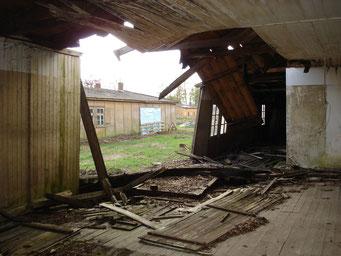 Eingestürzte Wandelemente einer der Baracken. Foto: Andreas Ehresmann, 18.4.2007