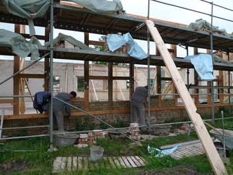 Ausmauerung des sanierten Holzfachwerks mit den alten Steinen. Foto: Andreas Ehresmann, 15.6.2009